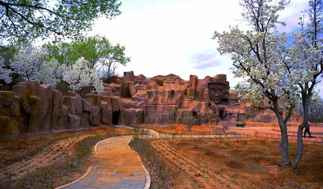 ▲红山女神庙外景,以女神面具为主体的叠石造像。