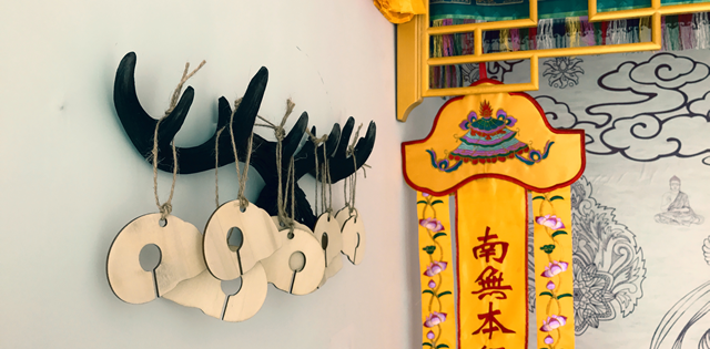 """▲女神庙超度婴灵的""""猪龙符""""就是玉猪龙的木质制品。玉猪龙是女神沟通天地、与上天对话的圣器。"""